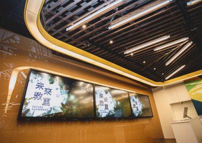 教室前方三面螢幕